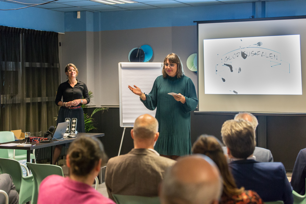 Anna Schakel presenteert Glorieus Falen november 2019.